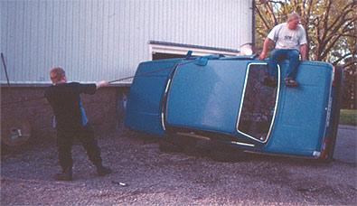 Här hjälper Janne till att dra upp bilen på sidan!