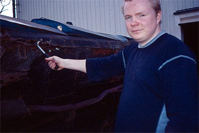 Janne tar fram verktygen och börjar leta. Som vi befarade... tröskeln är helt sönderrostad!
