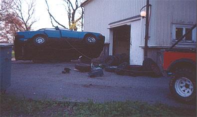 Efter utförd inspektion, använd jeepen för att välta tillbaka Volvon. Nu väntar beslut om reparation eller skrotning.